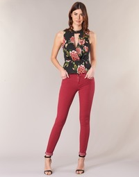 Vêtements Femme Jeans slim Guess SANSOPO Rouge